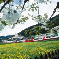 Schoene-Aussichten-Touristik-Bahnreise-Glacier-Express-Schweiz